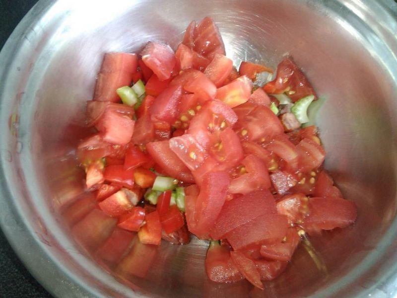 Śniadaniowa sałatka z pomidorami