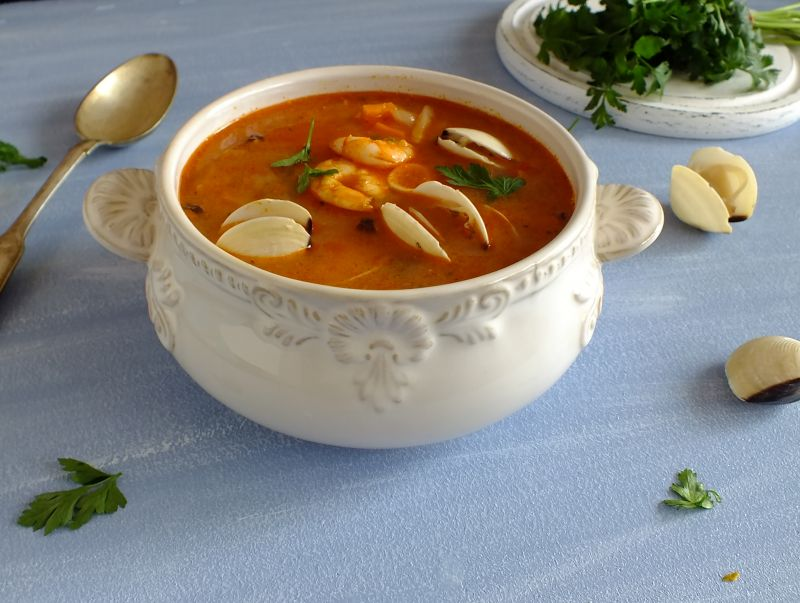 Sopa de marisco (zupa z owocami morza).