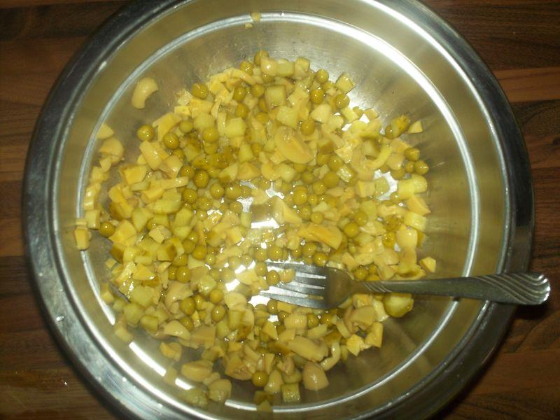 Sos do jajek z pieczarkami, ogórkiem i groszkiem