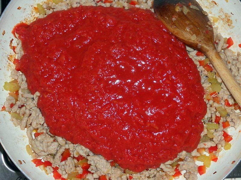 Sos pomidorowy z wieprzową szynką