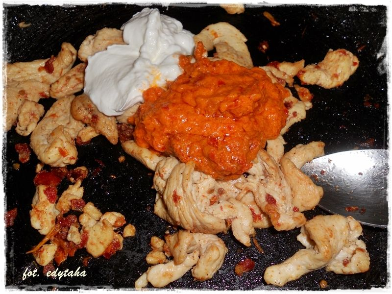 Spaghetti alla mediterraneo z kurczakiem w pomidor