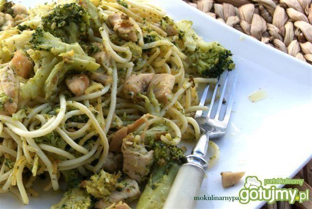 Spaghetti z brokułem, piersią i sezamem