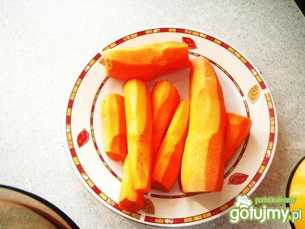 Surówka marchewkowa z brzoskwiniami.