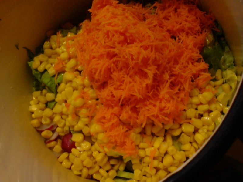 Surówka obiadowa z ogórkiem i marchewką