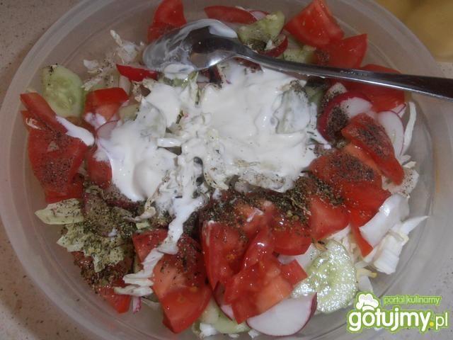 Surówka warzywna z jogurtem greckim