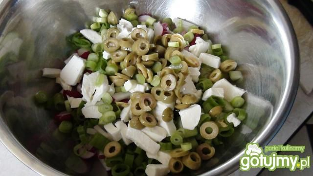 Surówka warzywna z oliwkami