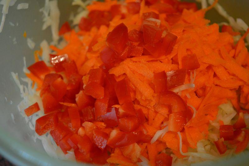 Surówka z białej kapusty z marchewką i papryką