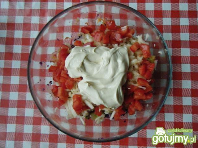 Surówka z czerwonej kapusty i pomidorów