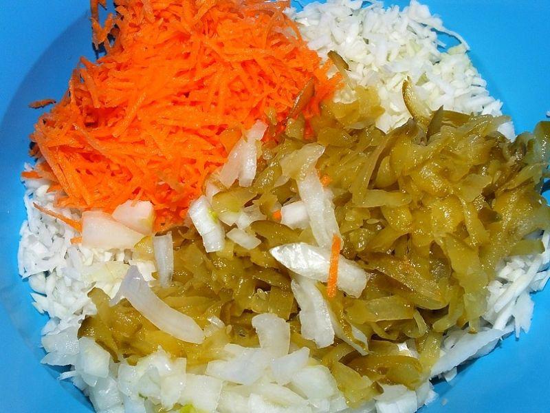 Surówka z kapusty  marchewki i kiszonych ogórków