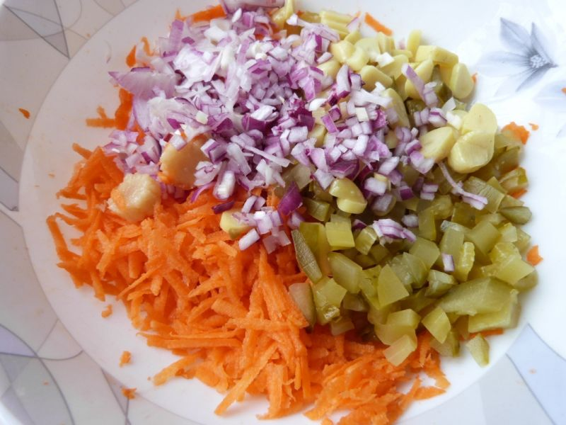 Surówka z marchewki, czosnku i kolb kukurydzy