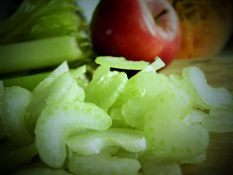 Surówka z marchewki, jabłka i selera naciowego
