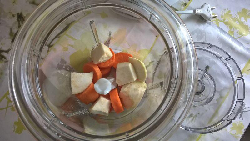 Surówka z marchewki, selera i ogórka
