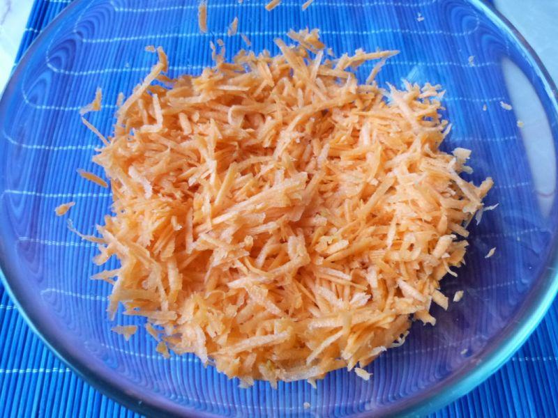 Surówka z marchewki z marynowaną cebulką