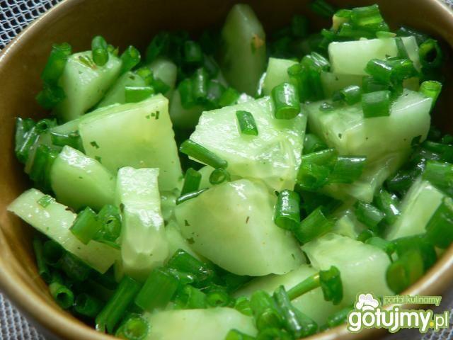 Surówka z ogórków i zielonej cebulki