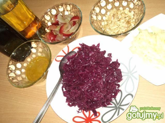 Surówka z orzechami i winogronami