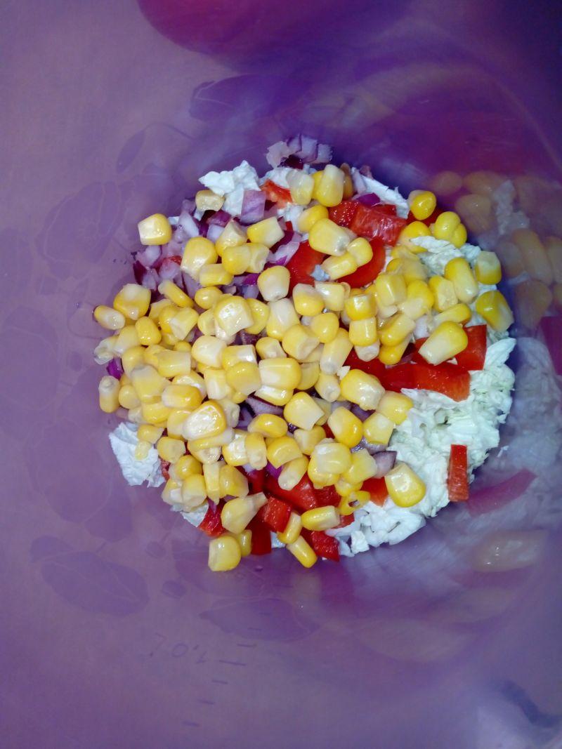 Surówka z papryką, kukurydzą i czerwoną cebulą