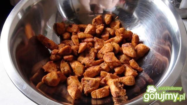 Surówka z pieczonym kurczakiem podawana