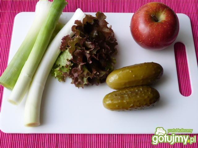 Surówka z pora, sałaty i jabłka