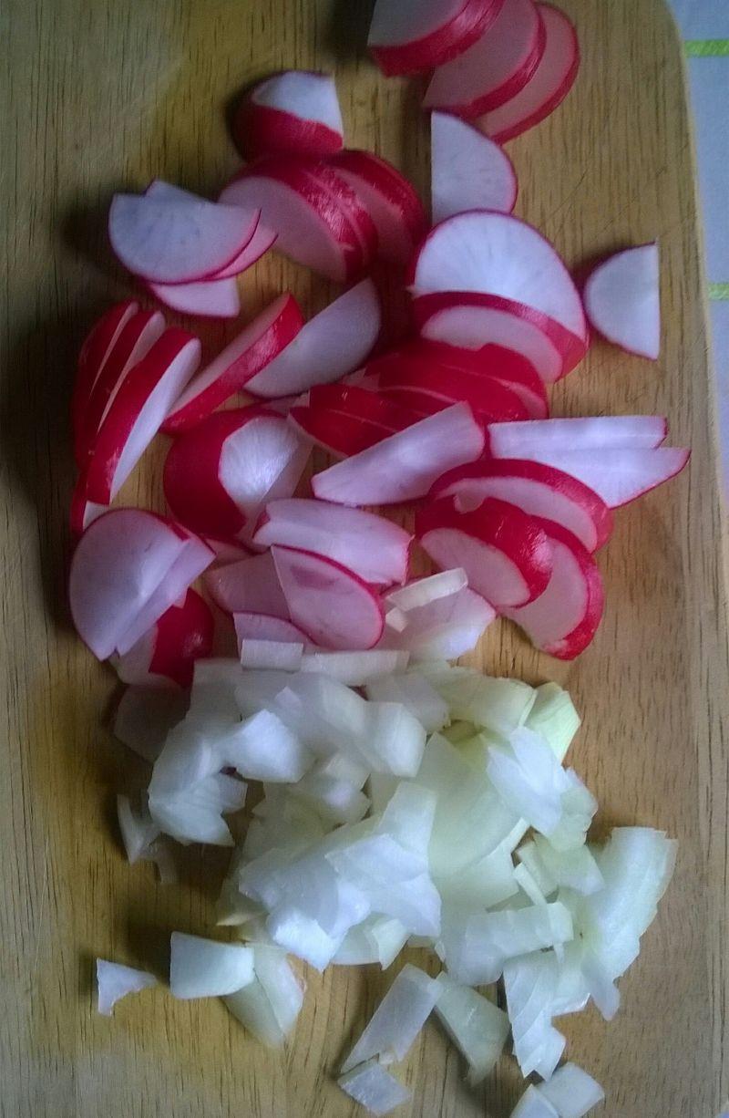 Surówka z rukoli, zielonego ogórka i rzodkiewek