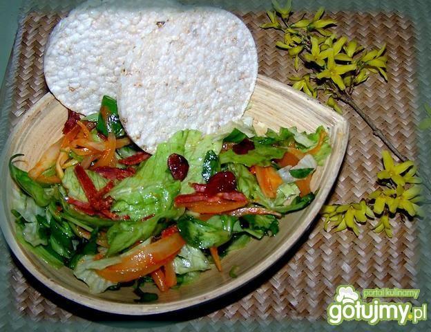 Surówka z sałat z żurawiną i waflami