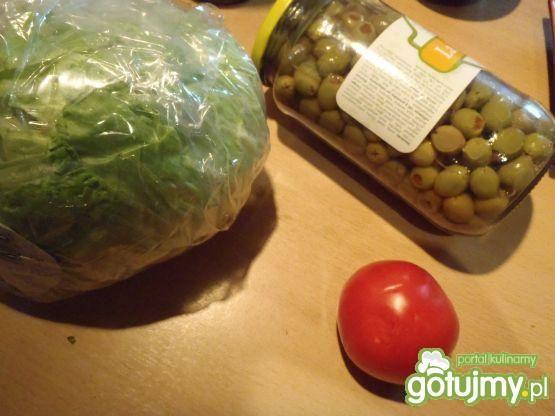 Surówka z sałatą, pomidorami i oliwkami