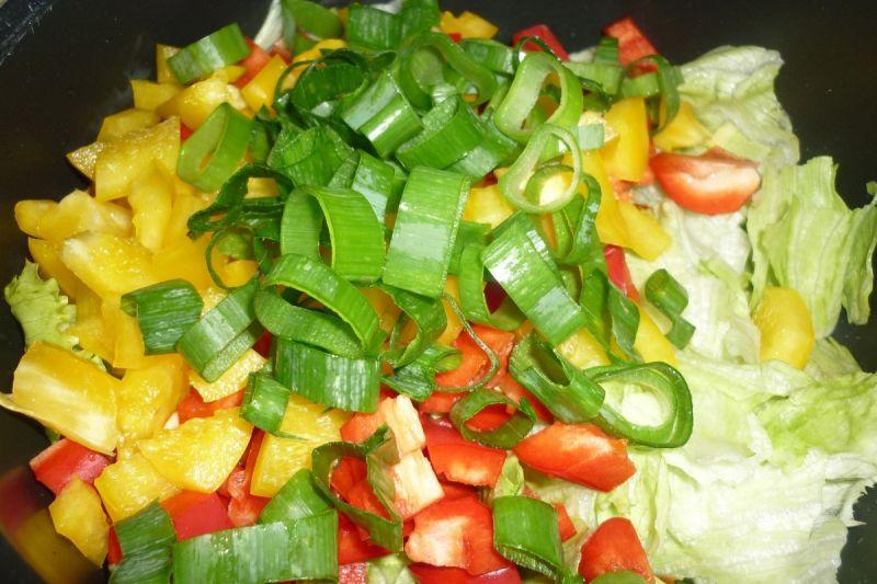 Surówka z sałaty lodowej i kolorowych papryk