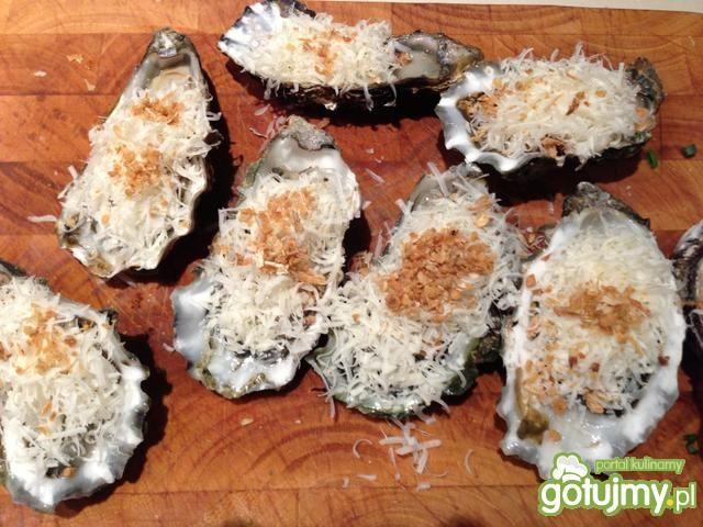 Świeże ostrygi zapiekane z parmezanem.