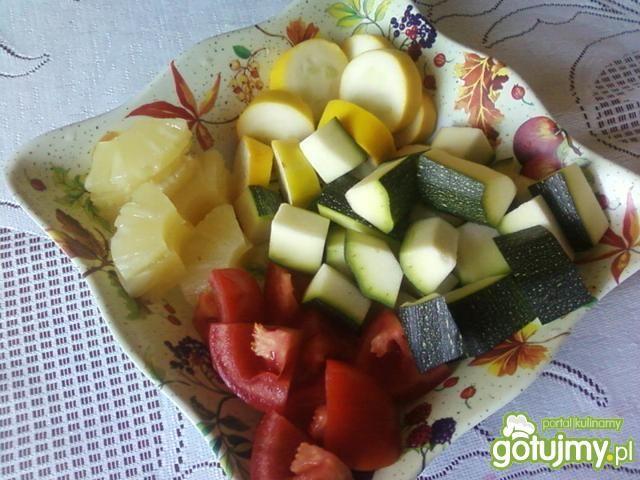 Szaszłyki z cukinii i ananasa.