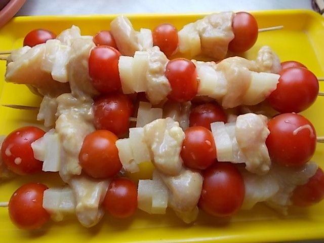 Szaszłyki z kurczakiem, ananasem i pomidorkami