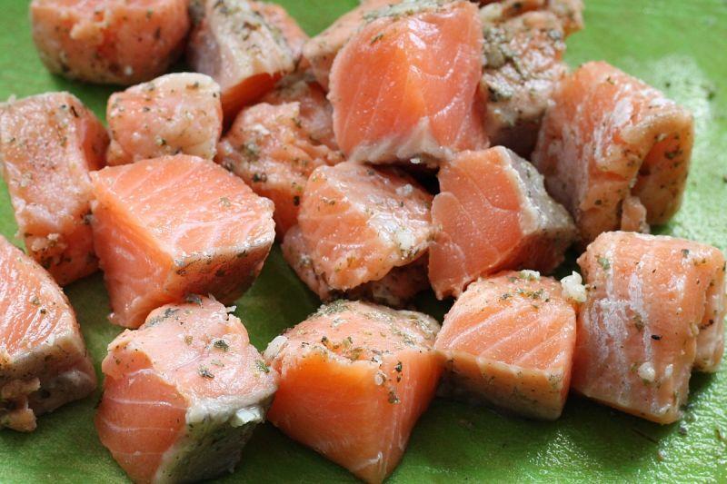 Szaszłyki z łososia z ajwarem i bakłażanem