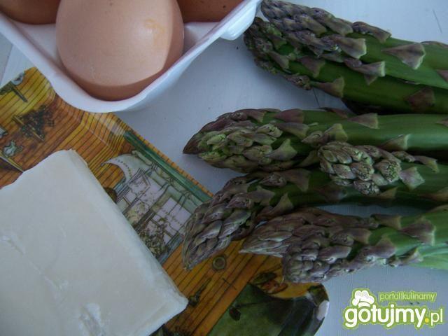 Szparagi, jaja od szczęśliwych kur i tof