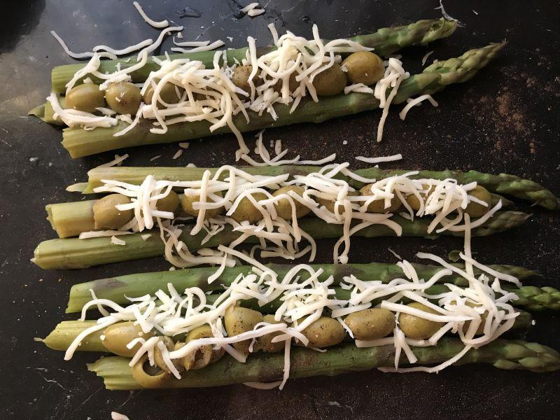 Szparagi z oliwkami i szynką szwarcwaldzką