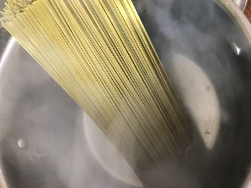 Szpinakowe spaghetti z truskawkami
