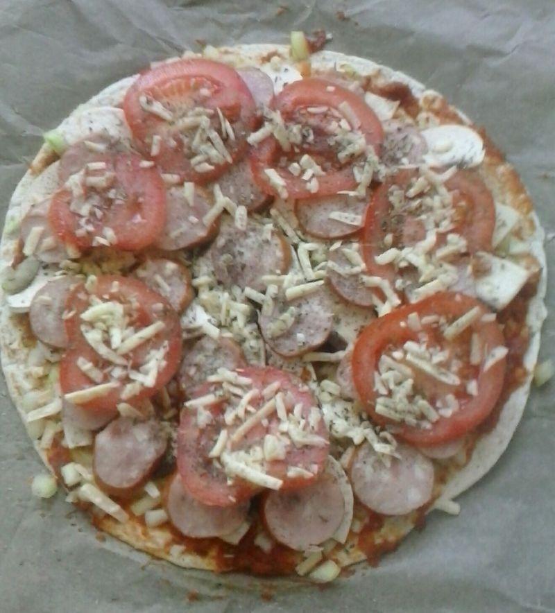 Szybka pizza na tortilli