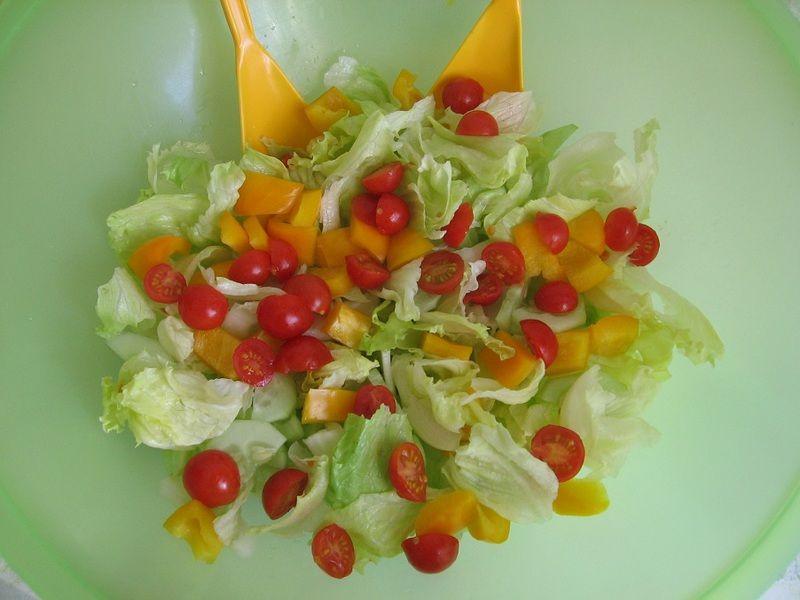 Szybka sałatka z sosem koperkowo-ziołowym