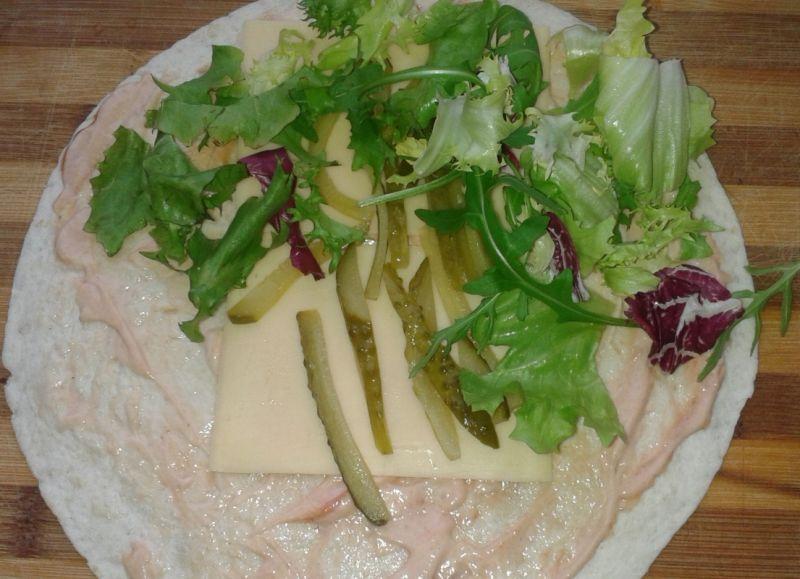 Szybka tortilla obiadowa z sosem czosnkowo-ziołowy