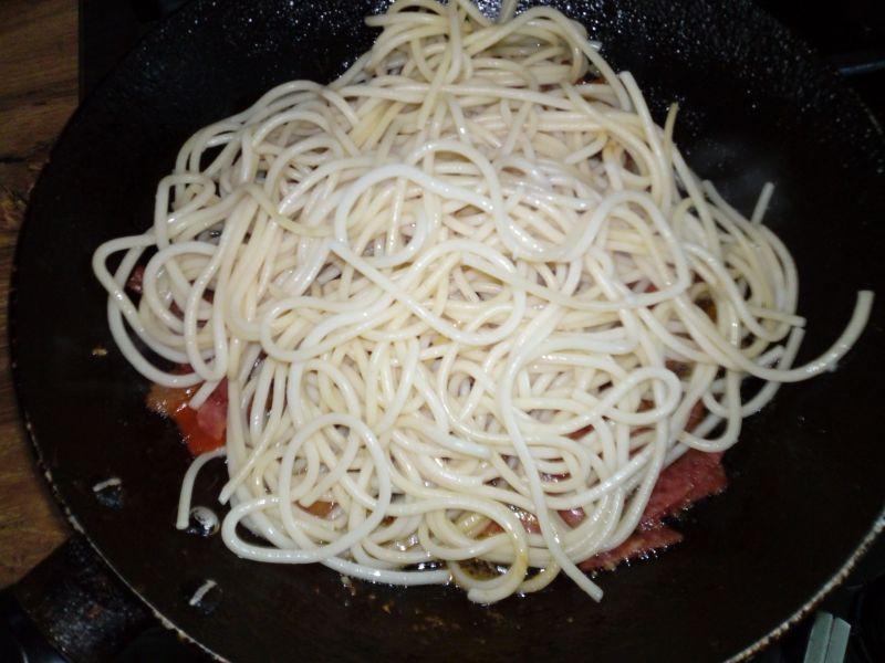 Szybki makaron z salami i pomidorem