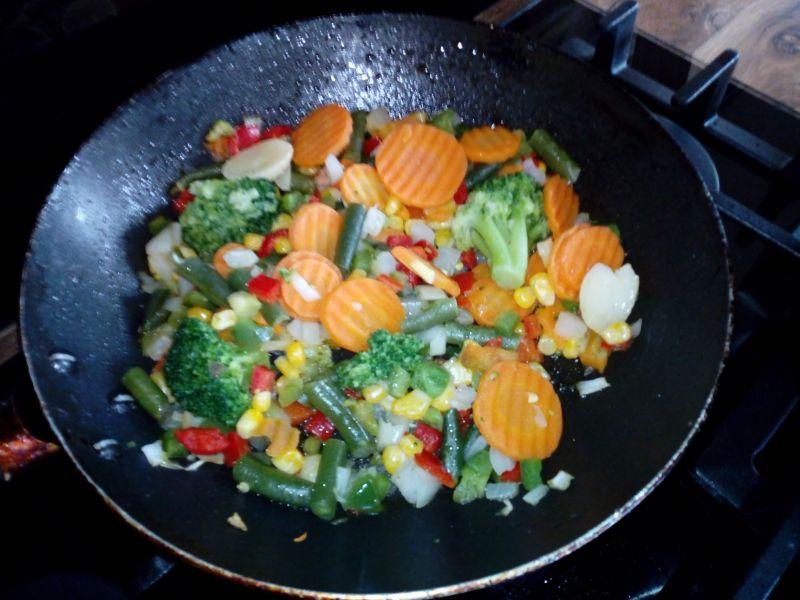 Szynka duszona z pęczakiem i warzywami