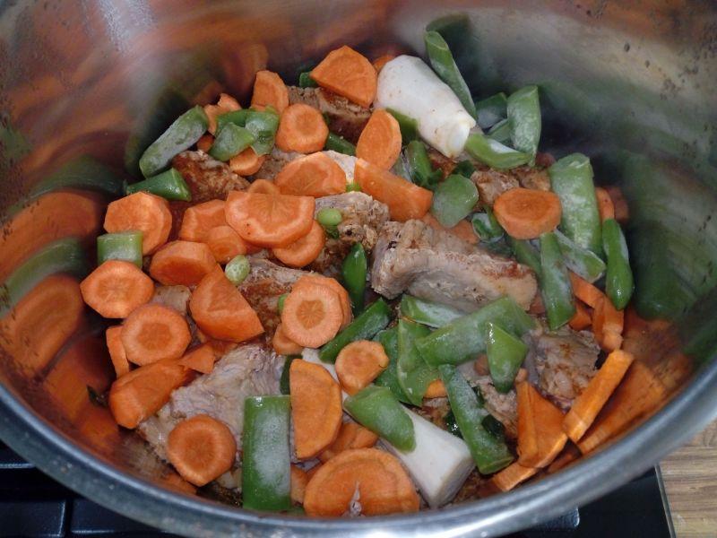 Szynka duszona z warzywami i suszonymi owocami