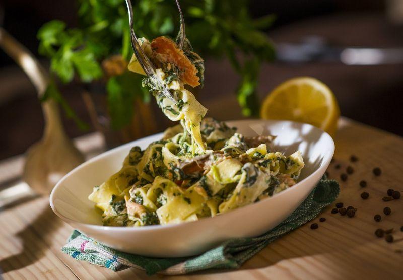 Tagliatelle z wędzonym łososiem i liśćmi szpinaku