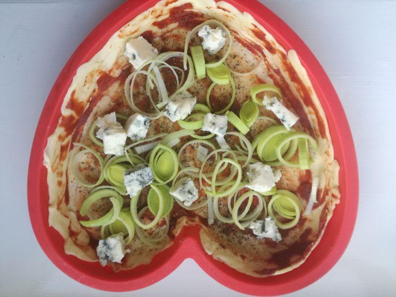 Tarta z gorgonzolą i salami z orzechami laskowymi