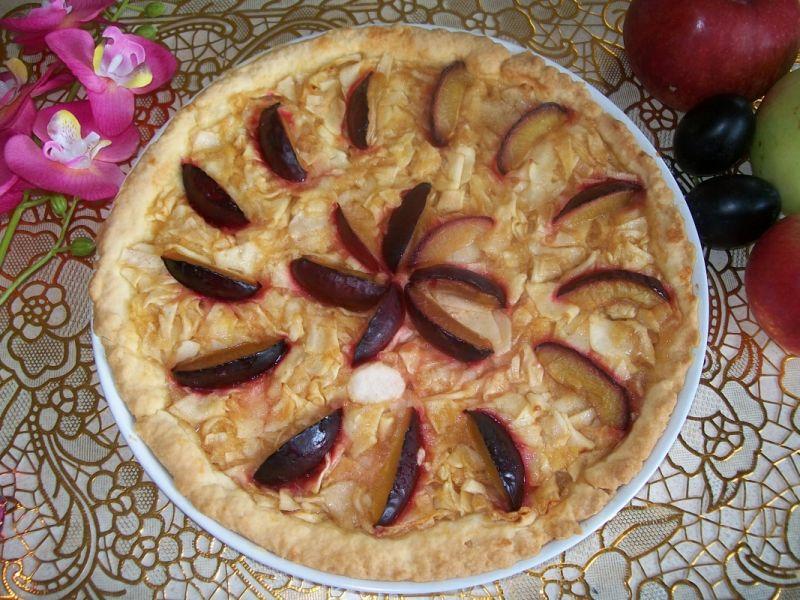 Tarta z jabłkami i śliwkami