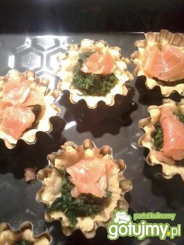 Tartaletki z łososiem i szpinakiem