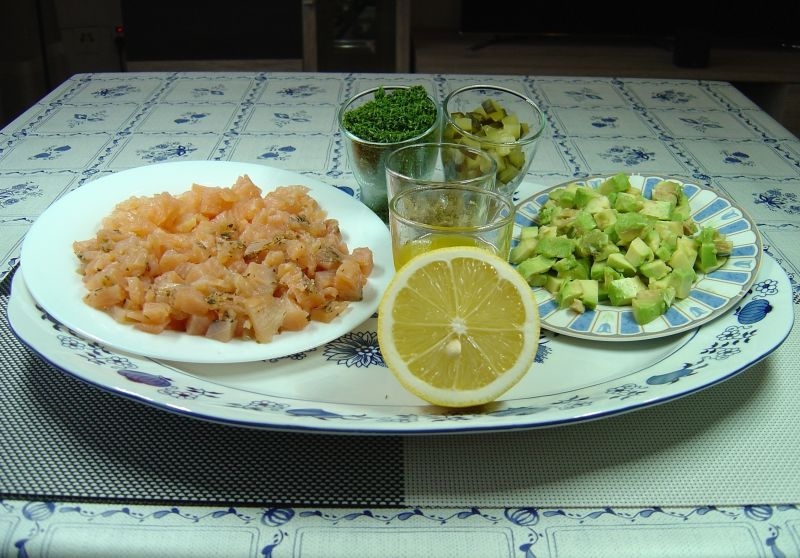 Tatar z wędzonego łososia z sosem vinaigrett