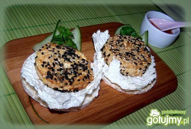 Tofu smażone z sezamem na cieńkim waflu