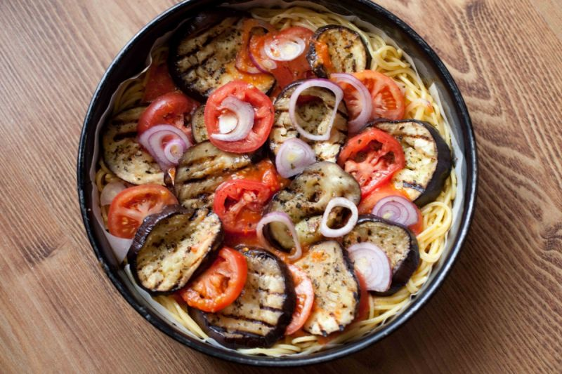 Torcik makaronowy z bakłażanem i pomidorami
