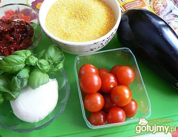 Torcik z polenty nadziewanej pomidorami