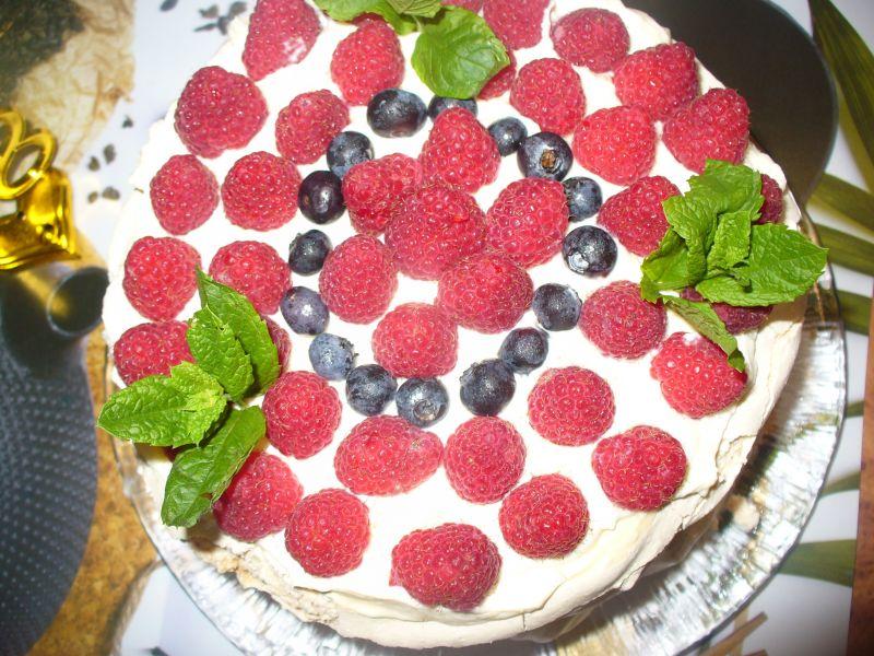 Tort bezowy z malinami i borówkami  amerykańskimi