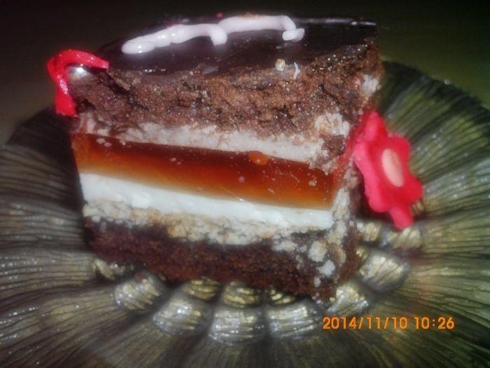 Tort czekoladowy z masami śmietanowymi i galaretką