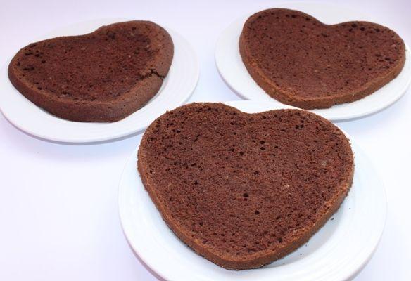 Tort czekoladowy  z truskawkami  i śmietaną